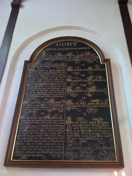 Imposant bord met de Tien Geboden in de Pelgrimvaderskerk Delfshaven